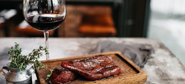 Как подобрать вино к мясу правильно — тонкости от профессионального сомелье