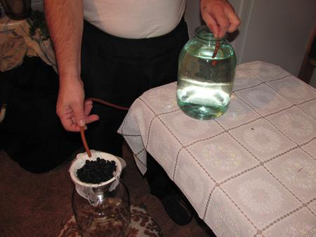 Очистка готового самогона углем