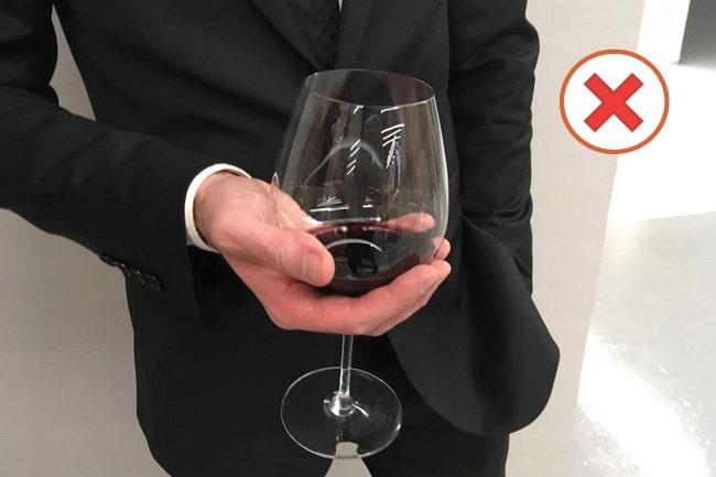 Как правильно держать винный бокал?