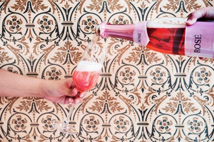 Магия цветов в стаканах: розовый цвет захватывает пиво и сидры