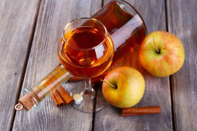2 простых рецепта душистого домашнего вина из яблок