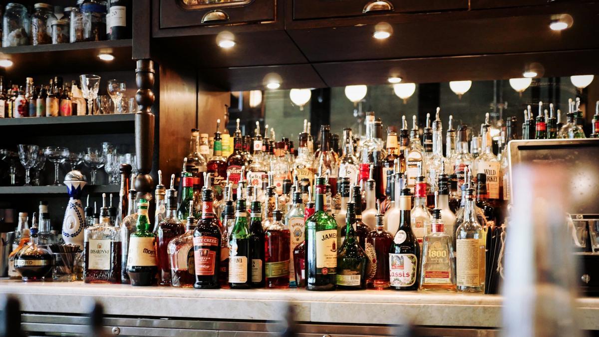 Алкоголь способствует ожирению: какова калорийность напитков