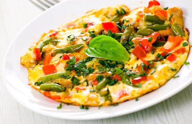 Лучший завтрак от похмелья: омлет и овощи