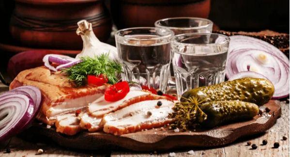 Алкоголь и еда. Чем лучше закусывать, а что закусывать не стоит