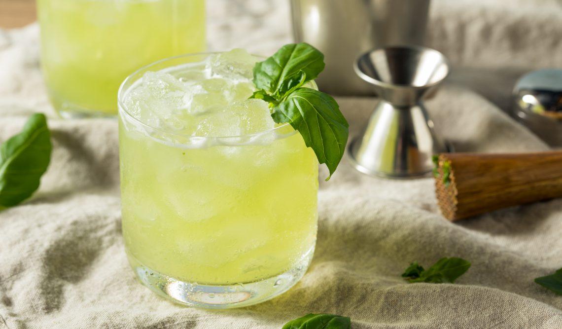 Алкогольный коктейль «Маргарита» с базиликом